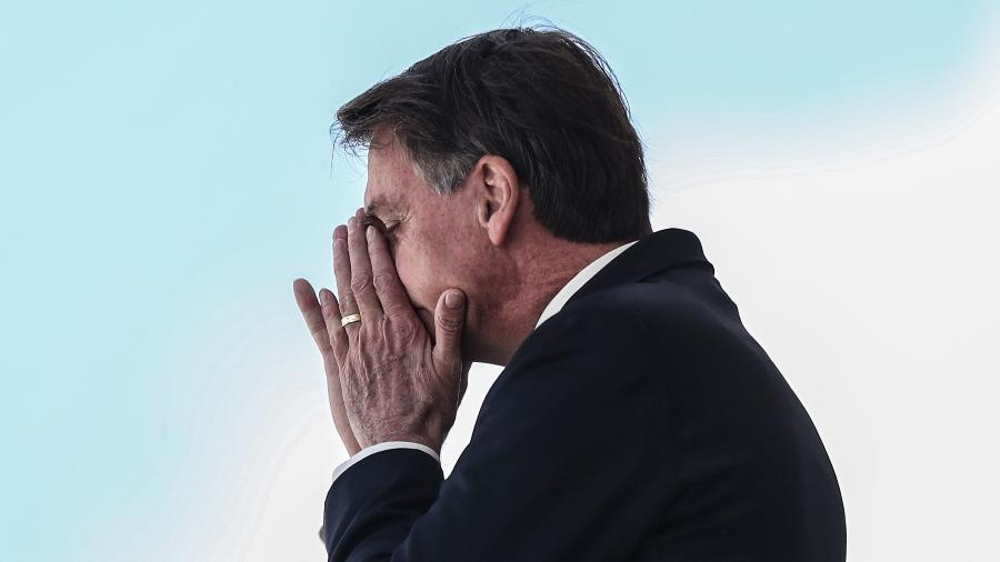 Jair Bolsonaro coloca as mãos no rosto ao acenar para simpatizantes, nesta segunda-feira, 27 de abril de 2020 - GABRIELA BILó/ESTADÃO CONTEÚDO