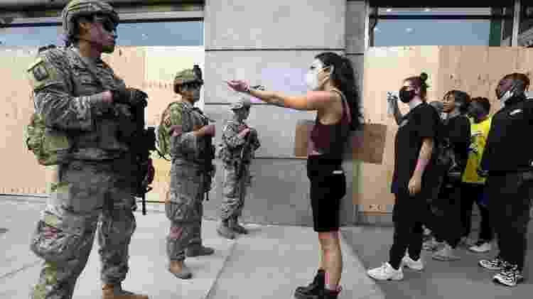 Manifestantes conversam com a Guarda Nacional durante uma marcha em resposta à morte de George Floyd em 2 de junho de 2020 em Los Angeles, Califórnia - Getty Images - Getty Images