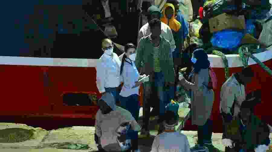 6.jun.2020 - Migrantes desembarcam em Senglea, em Malta - Jonathan Borg/Xinhua