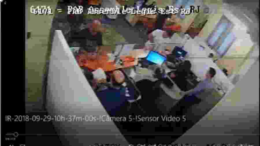 Câmeras da agência bancária da Alerj mostram Queiroz pagando dois boletos escolares das filhas de Flávio, segundo o MP - Reprodução - 1º.out.2018
