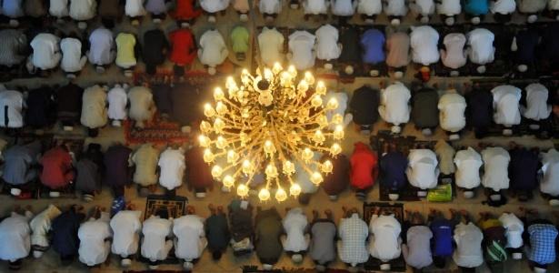 18.jul.2015 - Muçulmanos oram em Bangladesh, durante o Ramadã, no ano passado