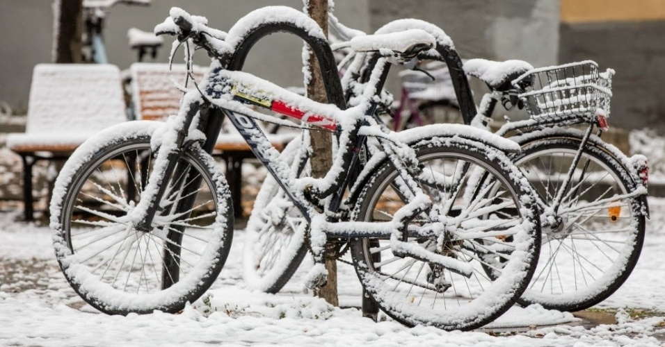 14.out.2015 - Bicicletas estacionadas em Ilmenau, na Alemanha oriental, ficam cobertas pela primeira neve do outono de 2015