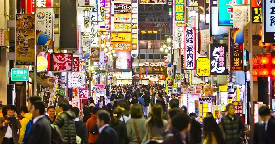 2.nov.2015 - A multidão caminha no bairro de Shinjuku, em Tóquio, pela noite. Além das cores dos neons, o local passa por um boom comercial e tem uma das estações de trem mais movimentadas do mundo