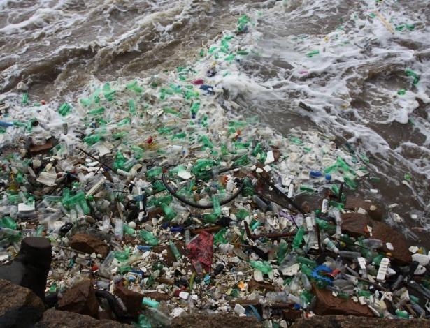 Lixo acumulado nas margens do rio Tietê em Salto, interior de São Paulo - Fernando Souza/Staff News