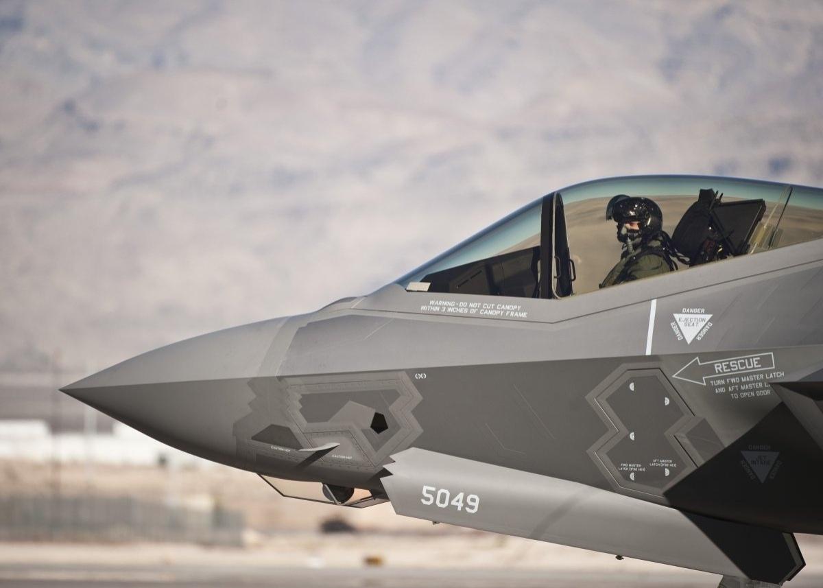 13.jan.2016 - O capitão Brant Golden pilota um F-35A Lightning II durante treino da Força Aérea dos Estados Unidos na base de Nellis, em Nevada. A imagem entrou no ranking do site Business Insider de imagens mais bonitas da Força Aérea americana tiradas em 2015