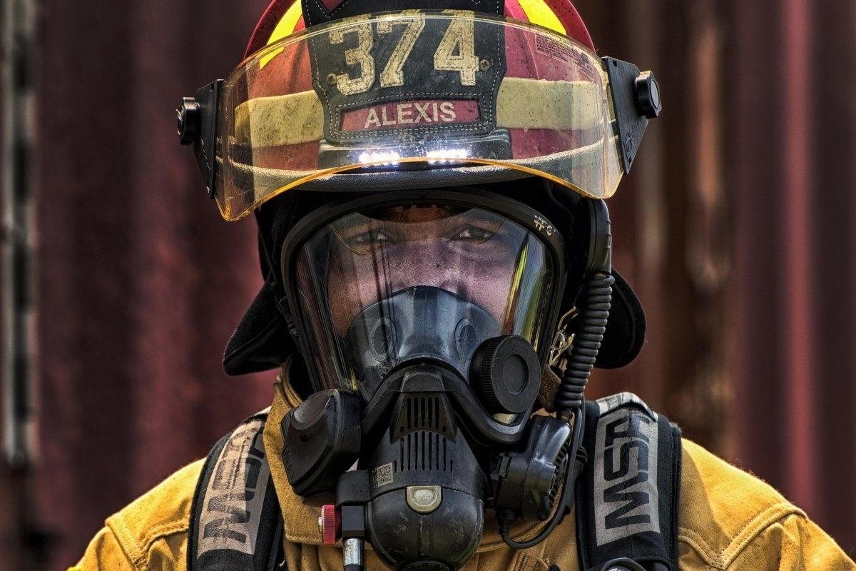 13.jan.2016 - O sargento Trevor Alexis participou de treinamento contra incêndios no dia 4 de agosto de 2015, na base aérea de Yokota, no Japão. Trevor é do esquadrão de engenheiros civis e cria situações perigosas em que as chamas tomam conta de salas com diversos objetos para que os bombeiros da Força Aérea dos Estados Unidos aprendam a reagir em momentos de tensão