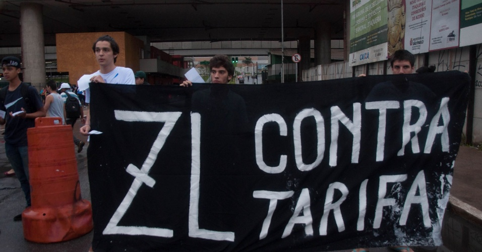 15.jan.2016 - Manifestantes fecham uma das entradas de ônibus do terminal Metrô Itaquera para protestar contra o aumento da tarifa do transporte público que passou de R$3,50 para R$3,80 em São Paulo (SP)
