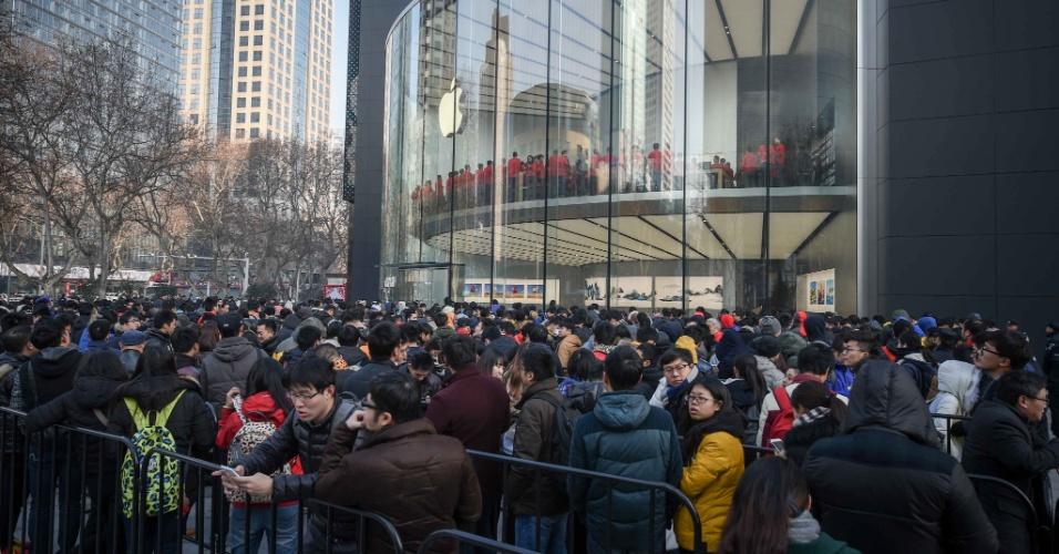 16.jan.2016 - Clientes aguardam em fila para entrar na nova loja da Apple em Nanjing, capital da província de Jiangsu, no leste da China. A segunda loja da Apple em Nanjing começou a funcionar neste sábado