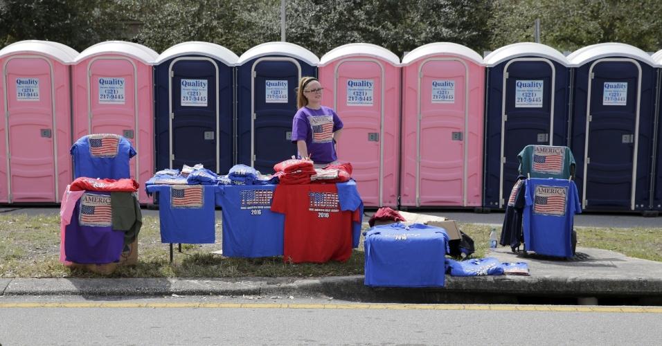 5.mar.2016 - Mulher vende camisetas do lado de fora do local em que Donald Trump, que busca uma vaga para se tornar o candidato republicano à presidência dos Estados Unidos, se reúne com apoiadores em Orlando, na Flórida