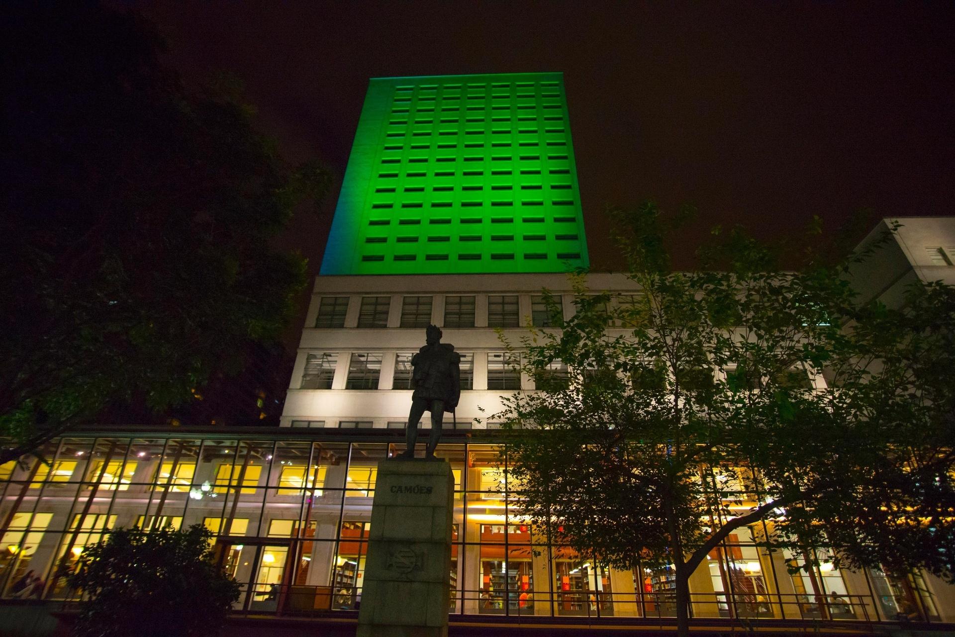 17.mar.2016 - Em comemoração ao Dia de São Patrício (St. Patrick's Day), padroeiro da Irlanda, a Biblioteca Mário de Andrade, no centro de São Paulo, é iluminada de verde