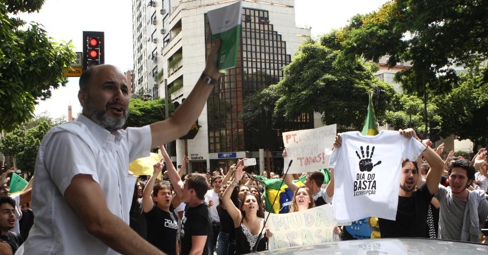 17.mar.2016 - Manifestante ergue exemplar da Constituição Federal durante protesto contra a posso de ex-presidente Luiz Inácio Lula da Silva como ministro-chefe da Casa Civil e pelo impeachment da presidente Dilma Rousseff, no centro de Belo Horizonte (MG)