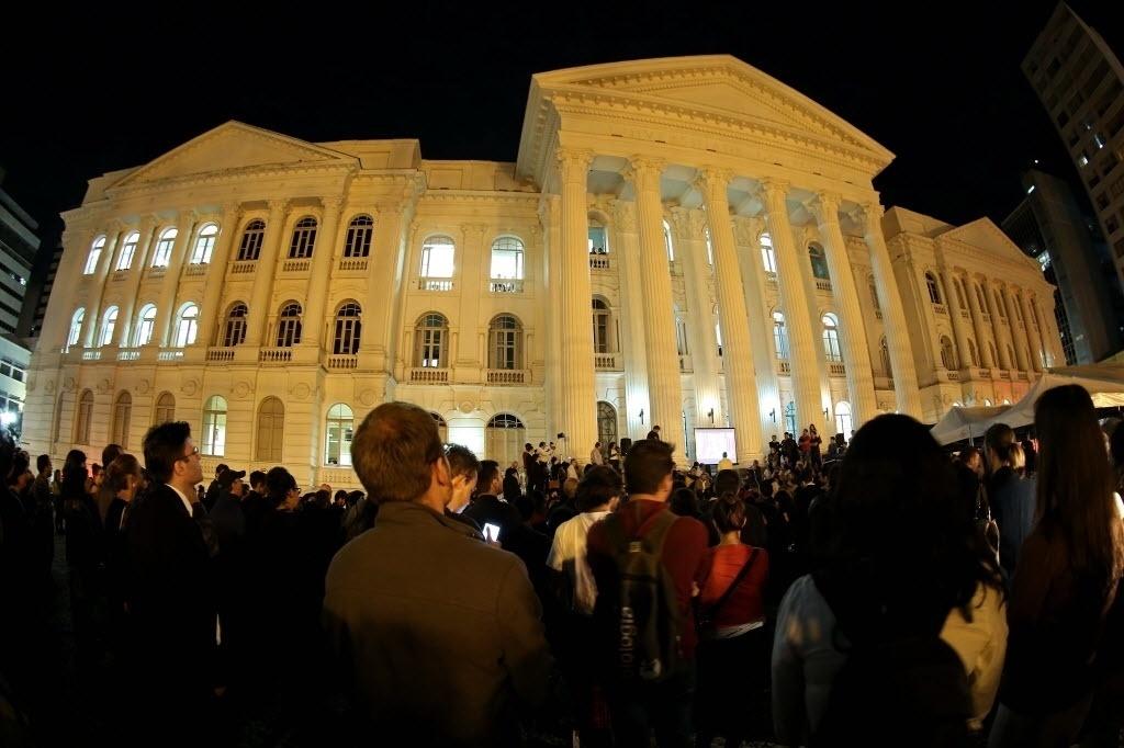 22.mar.2016 - Professores e estudantes de Direito realizam protesto contra o juiz Sérgio Moro em frente à sede da UFPR, em Curitiba (PR). A manifestação foi batizada de