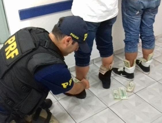 24.mar.2016 - O motorista e o passageiro de um veículo foram detidos por agentes da PRF (Polícia Rodoviária Federal) com 74 mil dólares escondidos nas cuecas, meias e calçados. A abordagem aconteceu na rodovia Régis Bittencourt (BR-116), na altura da cidade de Registro, na região do Vale do Ribeira, interior de São Paulo