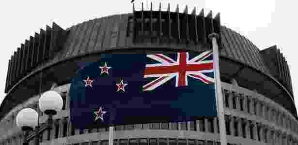 Bandeira da Nova Zelândia tremula no prédio do Parlamento na capital Wellington - Marty Melville/AFP