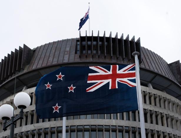 Bandeira da Nova Zelândia tremula no prédio do Parlamento na capital Wellington