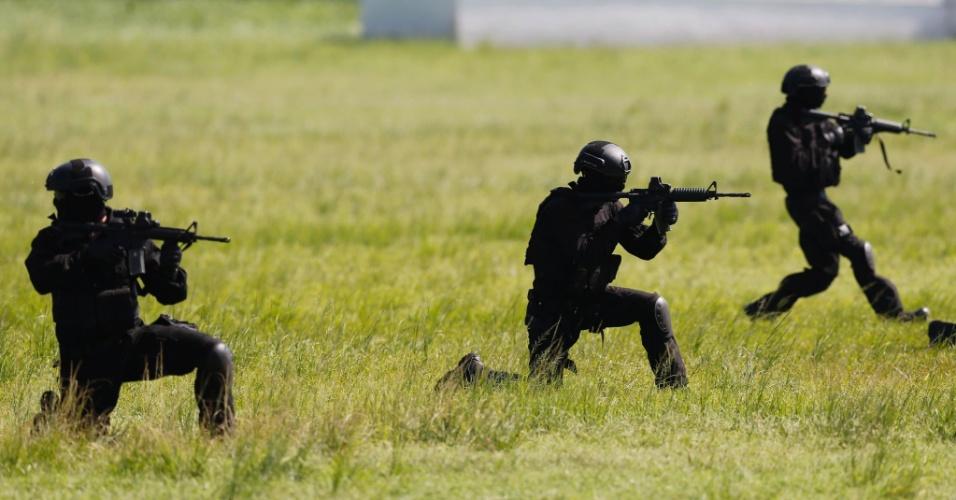 6.abr.2016 - Militares fazem treinamento para as Olimpíadas Rio 2016 com aeronaves do Exército Brasileir. A atividade foi realizada na sede do 31º Grupo de Artilharia de Campanha, em Deodoro, zona oeste do Rio de Janeiro