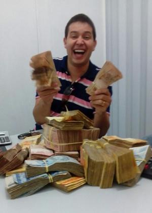 """O vendedor da Coaf Carlos Luciano Lopes aparece com dinheiro que teria recebido da """"Máfia da Merenda"""""""
