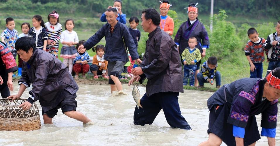 20.abr.2016 - Chineses da etnia Miao participam de evento de pesca que integra as celebrações de festival tradicional na província de Guizhou, no sudoeste do país