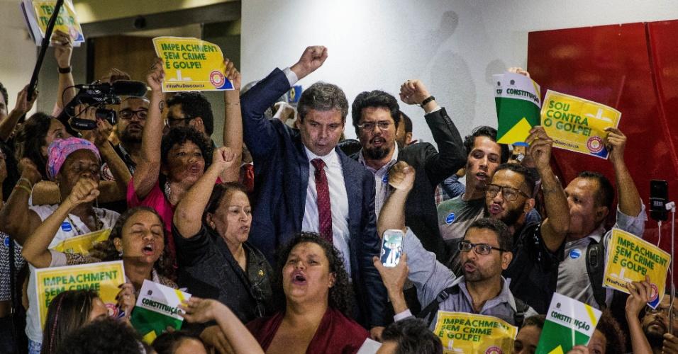 4.mai.2016 - A senadora Fatima Bezerra (PT-RN) e o senador Lindbergh Faria (PT-RJ) se unem a manifestantes para protestar contra o processo de impeachment da presidente Dilma Rousseff, nos corredores do Senado. Naquele instante, o relator do processo, Antonio Anastasia (PSDB-MG), fazia a leitura do parecer a favor do afastamento da presidente por até 180 dias
