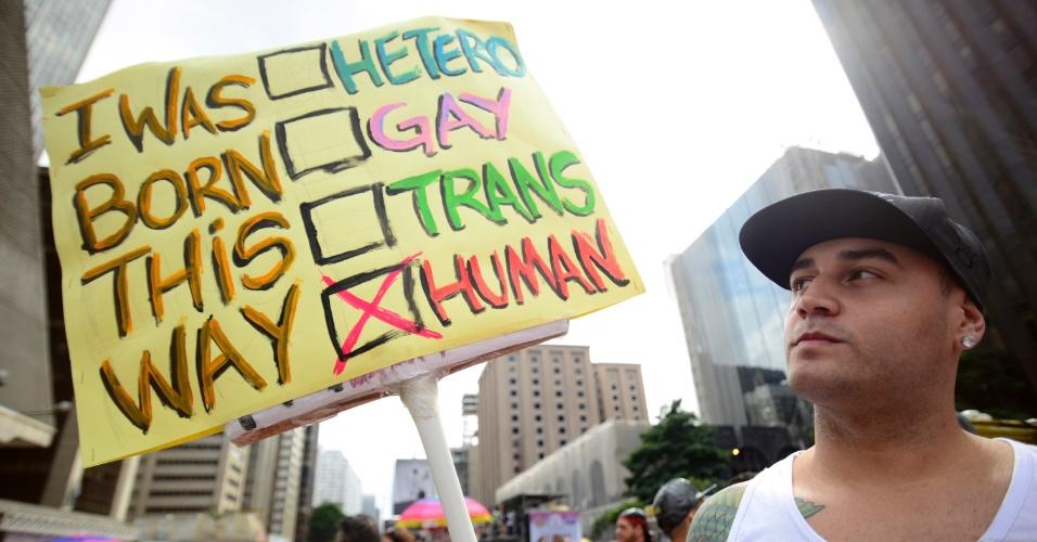 """29.mai.2016 - Com uma placa com os dizeres """"Nasci assim"""", manifestante diz que não é hétero nem gay nem transsexual, mas humano. O ato foi registrado na 20ª Parada do Orgulho LGBT, realizada em São Paulo"""