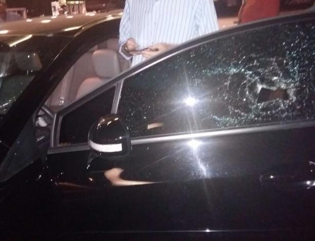Carro do Uber atacado por taxistas no Distrito Federal