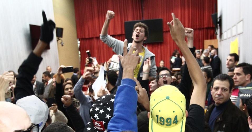 22.jun.2016 - Estudantes comemoram a abertura da CPI da Máfia da Merenda, na Alesp (Assembleia Legislativa de São Paulo), na tarde desta quarta-feira (22)