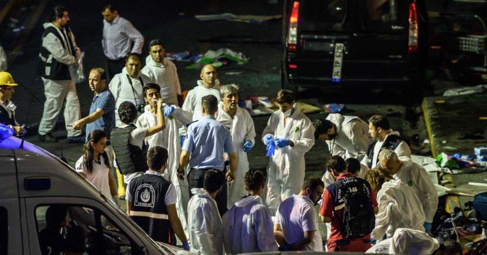 28.jun.2016 - Peritos trabalham em um dos locais de explosão no aeroporto internacional de Ataturk, em Istambul, na Turquia. Terroristas dispararam contra passageiros e detonaram explosivos dentro do terminal, matando dezenas de pessoas