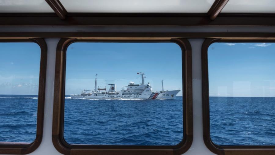 18.jun.2016 - Navio da guarda costeira da China acompanha a embarcação Motoryatch Isla no Mar da China Meridional - Sergey Ponomarev/The New York Times