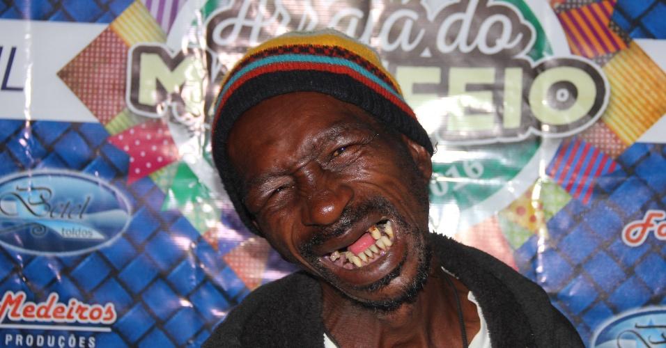 """O segundo colocado no 10º Concurso do """"Homem mais feio do Brasil"""", Benedito Márcio, 54, o ?Buda?, ganhou R$ 100, um quilo de feijão [sortudo demais], e um chute na canela"""