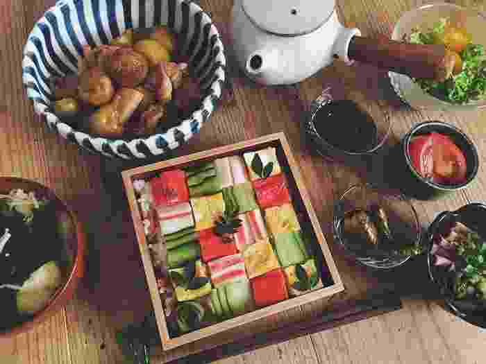 A nova moda dos nossos amigos japoneses é o sushi mosaico, segundo o site Bored Panda. As iguarias são meticulosamente ajeitadas para que se pareçam uma obra de arte. Dá água na boca, mas quem é que tem coragem de acabar com a beleza do quadro? - undefined