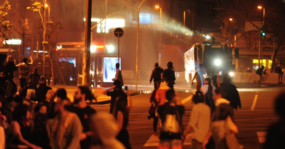 Caminhão do pelotão de Polícia de Choque lança água para conter manifestantes na região do Largo da Batata, em São Paulo