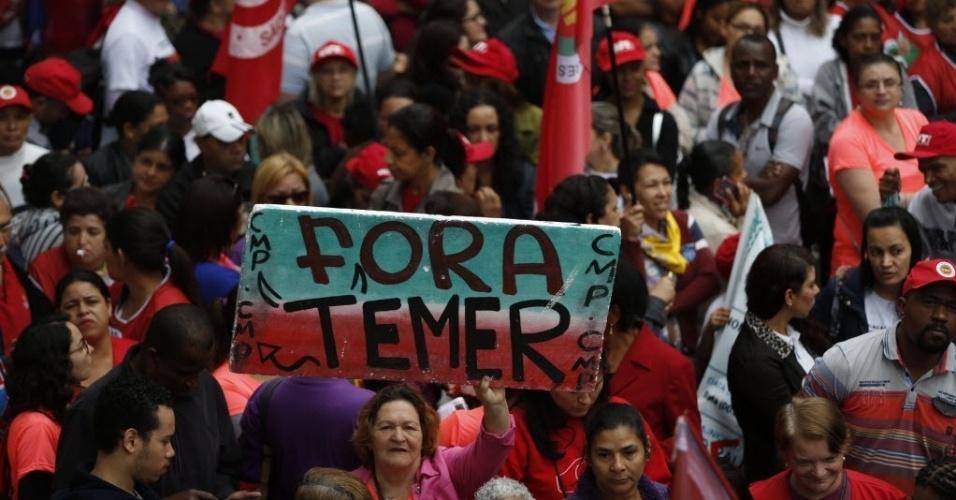 """7.set.2016 - Manifestantes protestam contra o presidente Michel Temer em protesto do Grito dos Excluidos na avenida Paulista, região central de São Paulo. Entre as palavras de ordem, estão """"Fora, Temer"""", """"Nenhum Direito a Menos"""" e """"Diretas Já"""""""
