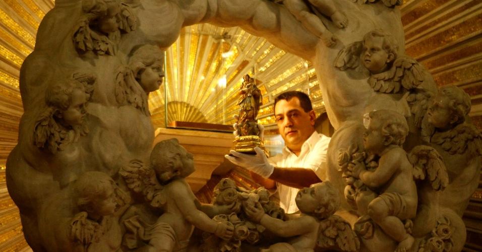 8.out.2016 - Centenas de devotos se reuniram desde o início da manhã de sábado (8) na Basílica Santuário de Nazaré, em Belém (PA), para acompanhar a descida da imagem de Nossa Senhora de Nazaré do Glória, o ponto mais elevado do altar do santuário, que acomoda a imagem durante o ano