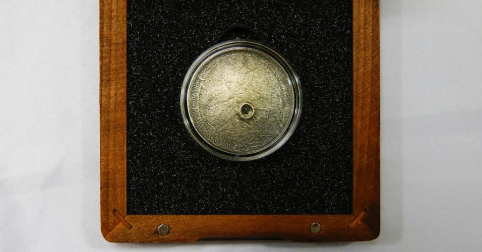 Moeda emitida pelo Banco Central da Nova Zelândia tem o fragmento de um meteorito que caiu no norte da África. Vendido a R$ 940, a moeda é feita em prata e sua superfície reproduz a do planeta Mercúrio