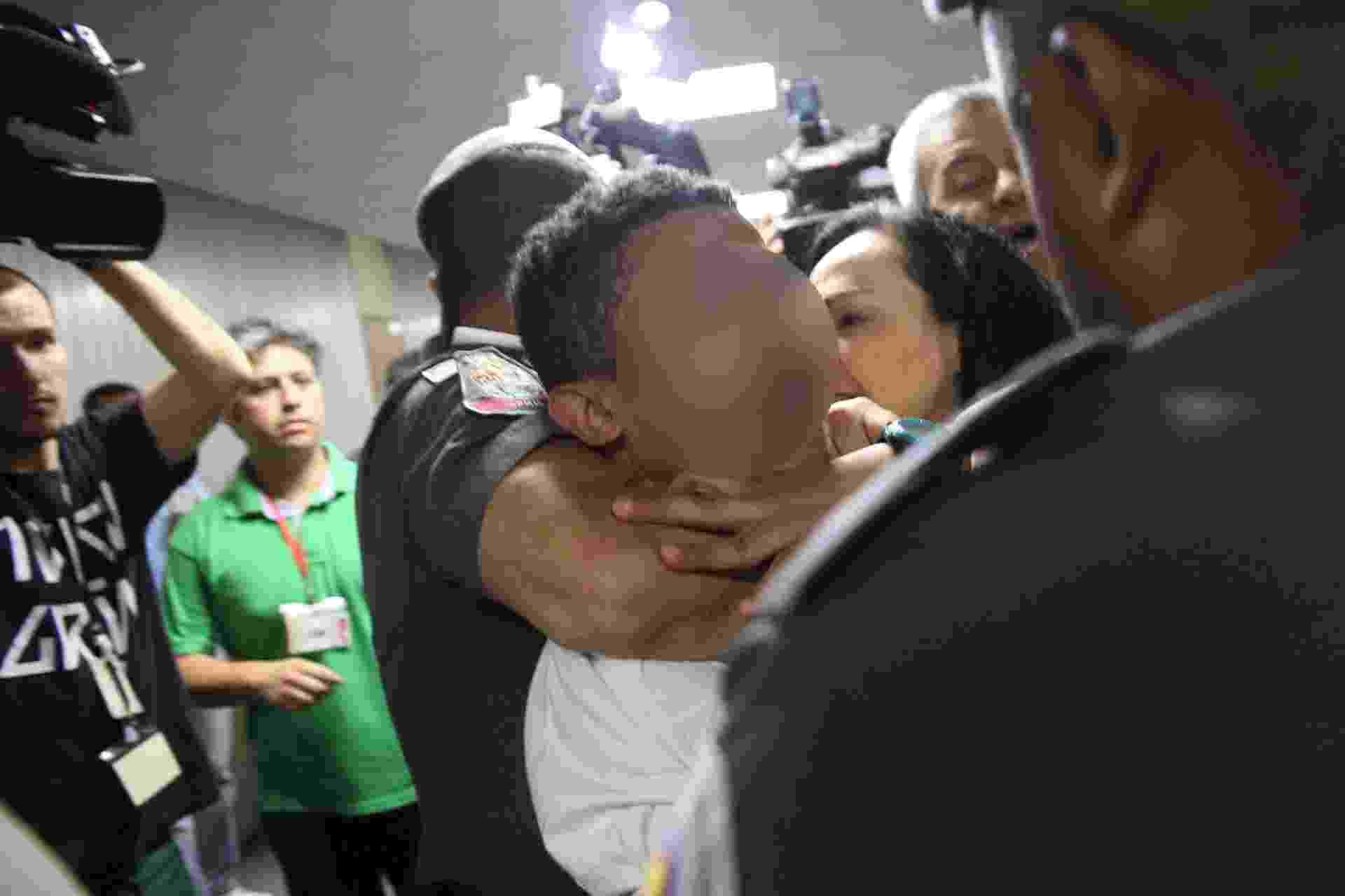 Estudante é retirado à força pela PM da sessão de votação do relatório final da CPI da Merenda, na Alesp - Renato S. Cerqueira/Futura Press/Estadão Conteúdo