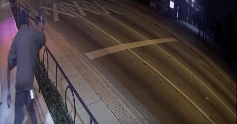 9.jan.2016 - Ladrão tenta assaltar loja especializada em câmeras de segurança nos EUA