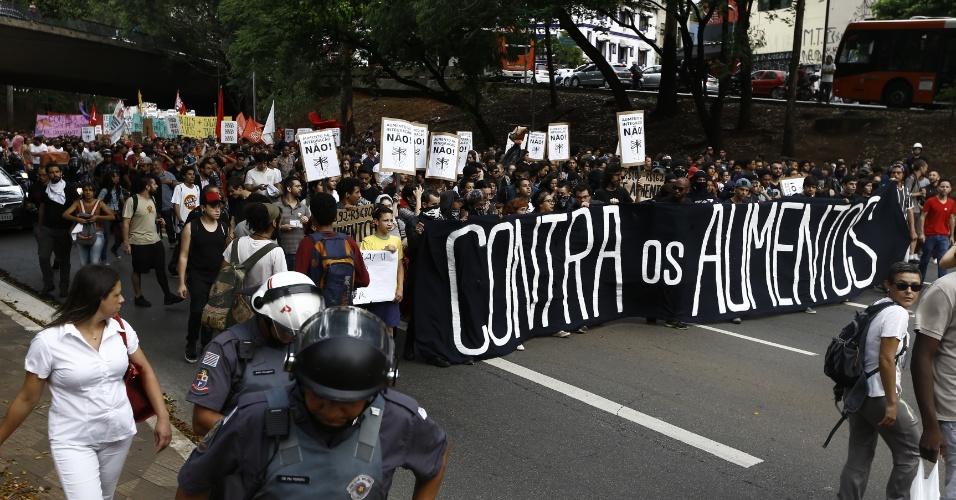Acompanhados de perto por policiais militares, manifestantes descem pela avenida Rebouças rumo à casa do prefeito João Doria (PSDB)