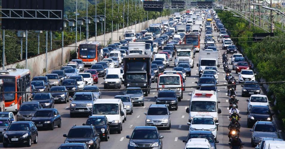 15.mar.2017 - Na marginal Pinheiros, em São Paulo, o trânsito foi intenso na manhã desta quarta na altura da ponte Cidade Universitária. Devido aos protestos e à paralisação de metroviários e motoristas de ônibus, a capital paulistana registrou recorde de congestionamento do ano