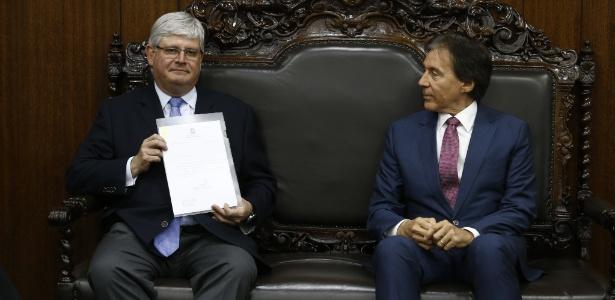 O procurador Rodrigo Janot (esq.) entrega sugestões da PGR ao senador Eunício Oliveira