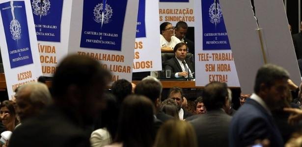 Rodrigo Maia (DEM-RJ), presidente da Câmara, em meio a cartazes contra a reforma trabalhista