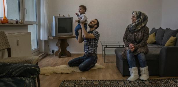 Anas Alkarri e sua mulher, Aya Alnabulsi, ambos refugiados sírios, com seu filho Zaid, em casa em Weimar, na Alemanha