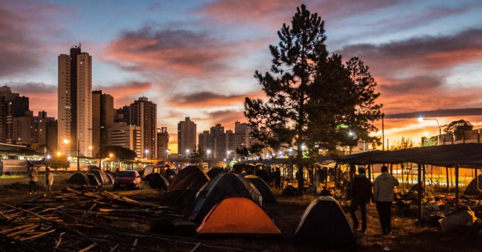 Integrantes do MST acampam em terreno ao lado da rodoviária de Curitiba para aguardar o depoimento do ex-presidente Lula