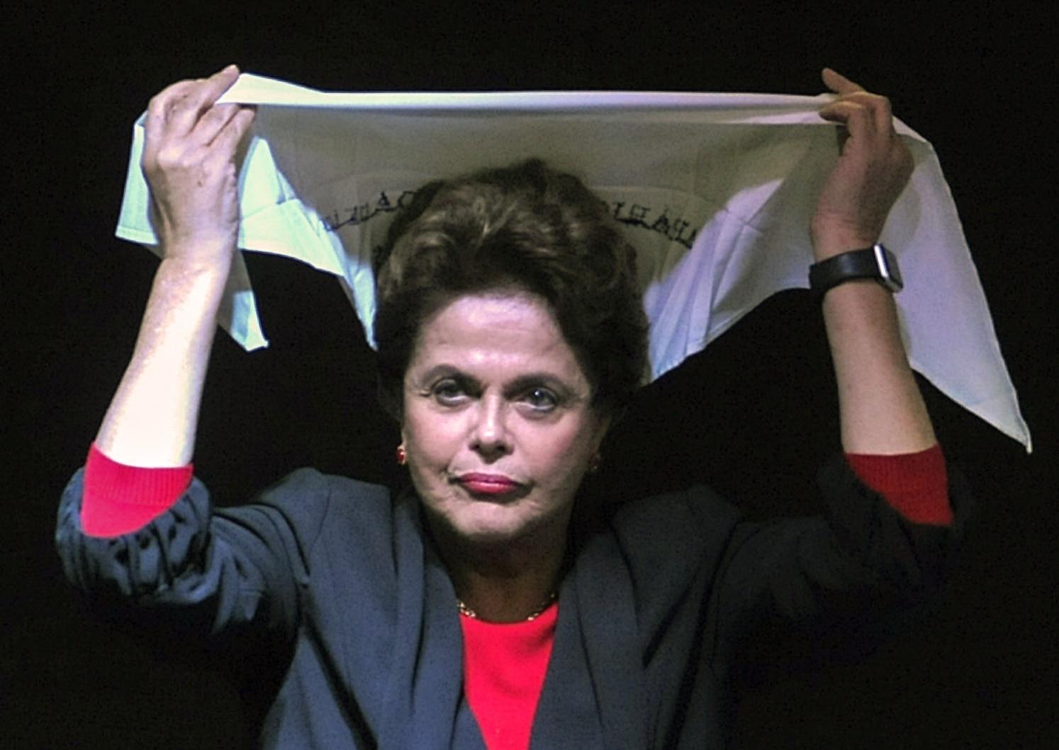 11.mai.2017 - Ex-presidente Dilma Rousseff recebe lenço branco das Mães da Praça de Maio, em Buenos Aires, na Argentina