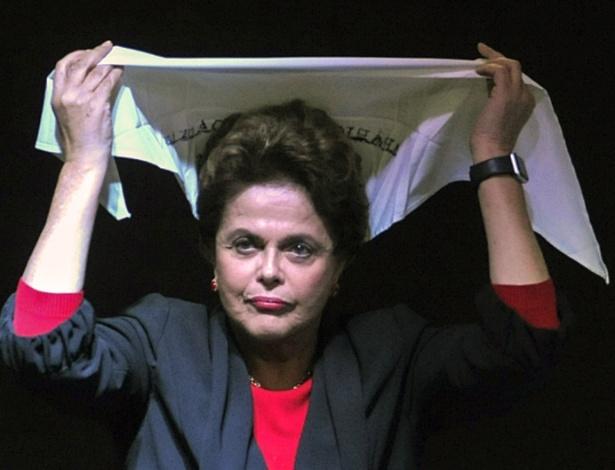 Dilma Rousseff veste lenço recebido das Mães da Praça de Maio, em Buenos Aires