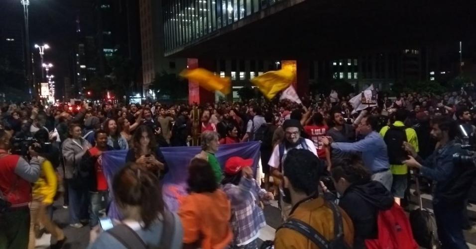 17.mai.2017 - Grupo protesta em frente ao Masp, na avenida Paulista, em SP, após acusação contra o presidente Michel Temer de que ele deu aval para a compra do silêncio do ex-deputado Eduardo Cunha (PMDB)