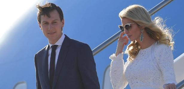 23.mai.2017 - Jared Kushner, genro do presidente dos EUA, Donald Trump, e sua mulher, Ivanka Trump, desembarcam do avião presidencial no aeroporto de Roma (Itália)