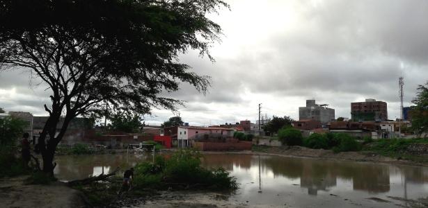 Em Caruaru, famílias sofrem com enchente e falta de água na torneira