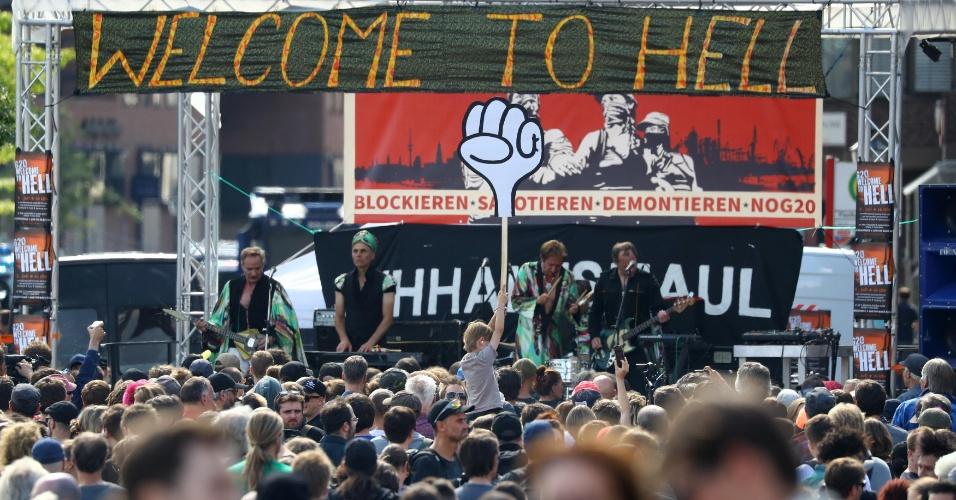 6.jul.2017 - Banda faz show para multidão que protesta contra o G20