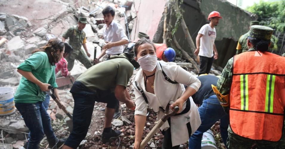 20.set.2017 - Voluntários auxiliam equipes de resgate que procuram vítimas e sobreviventes de terremoto. País vê ressurgir onda de solidariedade em meio a tragédia