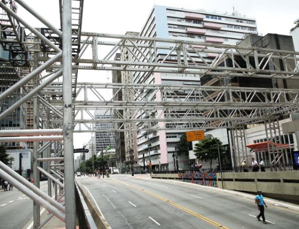 A estruturação do palco ocorre às madrugadas, com bloqueios de trânsito - Renato S. Cerqueira/Futura Press/Estadão Conteúdo